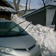 山小屋は雪に埋もれてます