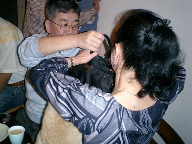 ケンタ、ハンドバッグの毛皮に異常反応