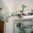 古い飛行機と商品