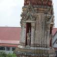 陶磁器で装飾された小塔
