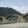 錦帯橋と錦川 山の上に岩国城