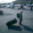 子供も荷物を運ぶ