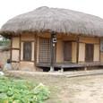藁ぶきの小さな家 いい雰囲気です