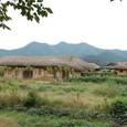 藁ぶき屋根と里山