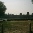 堀の外から西門と本殿を望む