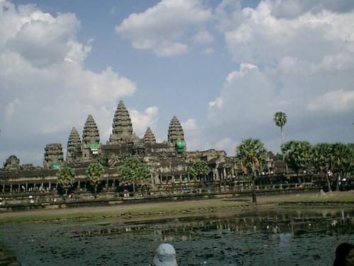 乾季の聖池と本殿の眺め