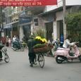 自転車で花を運ぶ