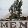 イカ近くの砂山と土葬墓地アパート群