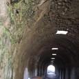 治療のトンネルと医者が語りかける天井穴