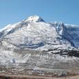 この山を登るとコロンビア大氷原が見える