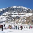 アイスフォール近くの氷河で遊ぶ人々