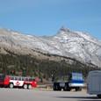 バス駐車場と山山