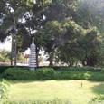 石塔のある庭