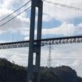 吊り橋の下を通過