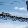 吊り橋を通過するトラック