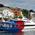 ノルウエー国旗の色の船