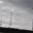 高圧線とどんより雲