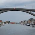 アーチの橋をくぐる