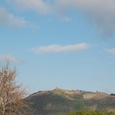 山頂のアクロポリス遺跡を遠望