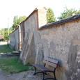 墓の塀とベンチ