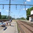 パリ行き列車を待つ家族