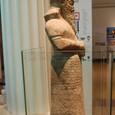 中東 石像 下半身にアラビア文字
