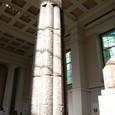 多くの王の名前が刻まれた石柱