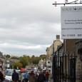 観光客で賑わう街並み