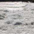 逆立つ川面