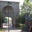 風の同窟前の銅像