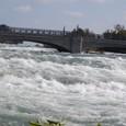 ゴート島に渡る橋と激流ナイアガラ川