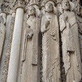 塔頂上の彫刻群