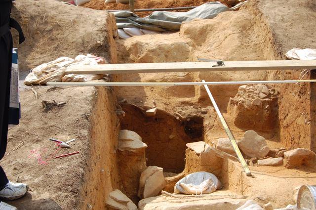 トレンチ現場 竪穴式石室天井石崩落