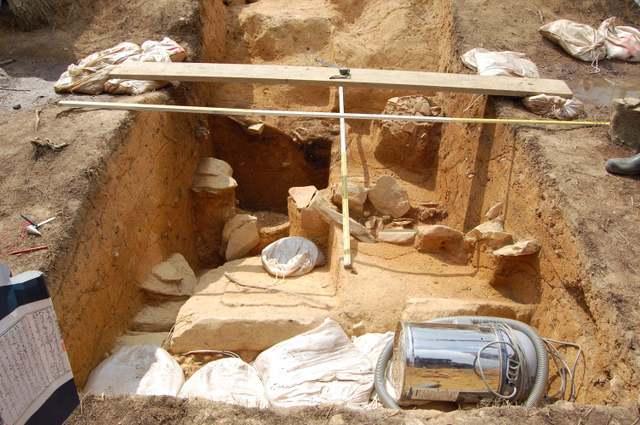 後円部竪穴式石室天井石崩落現場