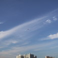 新横浜 早朝空を飛ぶ飛行機
