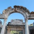 ハドリアヌス神殿 手前のアーチは女神ティケ