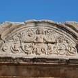 ハドリアヌス神殿 両手を拡げるメドゥーサ