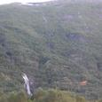 山肌を縫う無数の滝