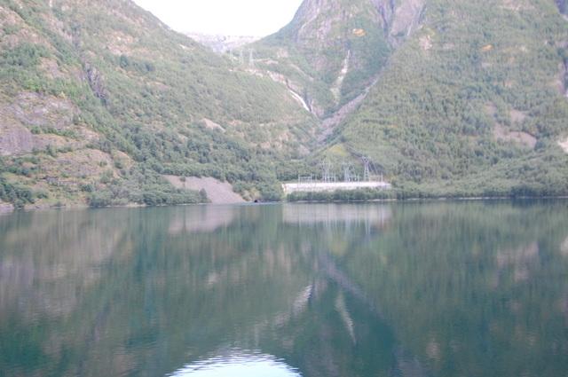 送電線と湖