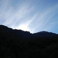 朝日が山の向こうから