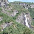 氷河谷に落下する滝