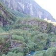 氷河が削った断崖とフロム川