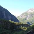遥かU字谷の上から滝が