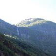 U字谷に落下する滝