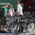 自転車を借りる人々