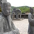 カイディン帝廟 朝廷に並ぶ人々