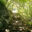 急な階段を登り始める
