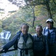 滝を背景に記念写真