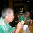 アイスクリームを食べる爺さん