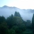 早朝の部屋の窓 朝靄の袋田温泉